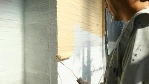 群馬県 前橋市 塗替えリフォーム 外壁中塗り作業中