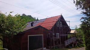 利根郡片品村K様邸 屋根の塗装上塗り作業風景