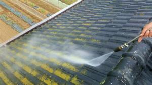 桐生市新里町K様邸 屋根の洗浄作業