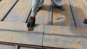 前橋市柏倉町H様邸 屋根塗装前のケレン作業