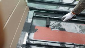 前橋市柏倉町H様邸 下屋根の塗装ローラーで下塗り作業