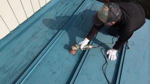 前橋市上泉町F様邸 屋根塗装前のケレン作業
