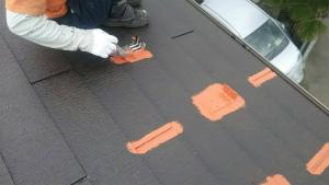 高崎市貝沢町A様邸 屋根塗装上塗り1回目刷毛で