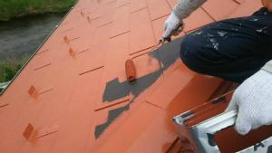 高崎市貝沢町A様邸 屋根塗装上塗り1回目ローラーで