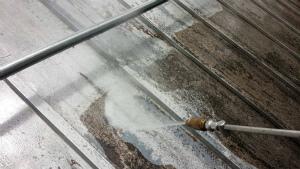 北佐久郡軽井沢町T様邸 屋根の洗浄作業
