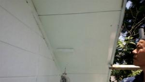 沼田市岡谷町M様邸 軒天の下塗り作業