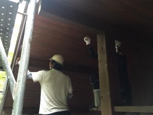 長野県軽井沢町S様邸 外壁と軒天上塗り中