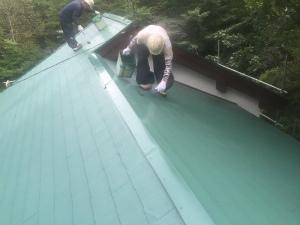 長野県軽井沢町S様邸 屋根上塗り2回目①