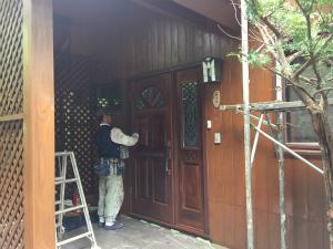 長野県軽井沢町S様邸 玄関ドア塗装中
