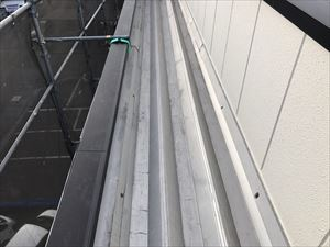 太田市飯田町商業ビル折半屋根の錆止め塗装完成