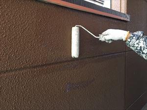 邑楽郡大泉町Aアパート様1F通路外壁下塗りローラー
