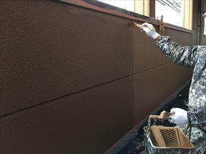 邑楽郡大泉町Aアパート様2F通路外壁中塗り作業刷毛