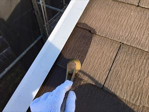 邑楽郡大泉町Aアパート様屋根刷毛で下塗り