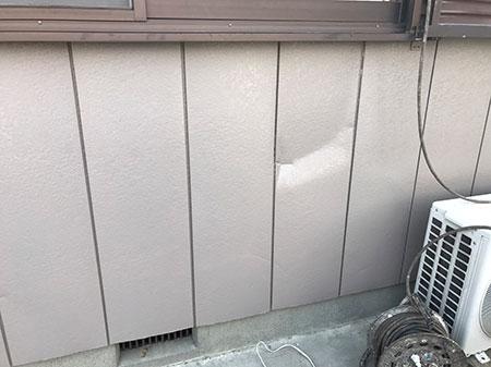 金属サイディングのへこみ補修と塗装 前