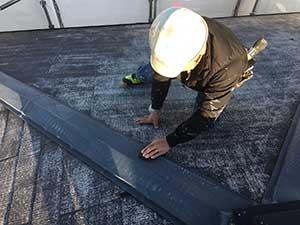屋根の棟板金ケレン作業