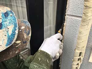 高崎市沖町アパート 外壁塗装 高圧洗浄 窓周りのコーキング撤去