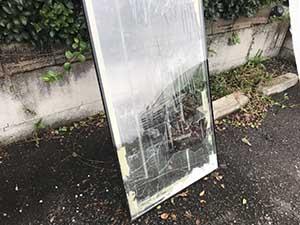 高崎市箕郷町 割れたガラス