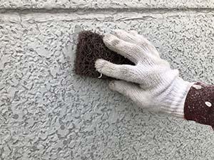 前橋市三俣町 外壁塗装 前回塗幕の気泡や割れのケレン