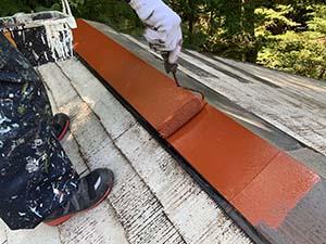長野県軽井沢町別荘コロニアル屋根塗装 棟板金下塗り
