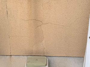 渋川市北橘町 モルタルリシン壁ひび割れ