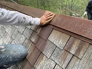 別荘屋根 棟板金サビ落し