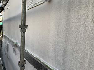 吹付タイル仕上げ外壁の下塗り後